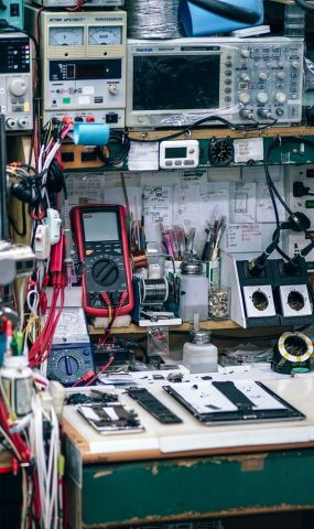 working-station-inside-a-mobile-repair-shop_t20_Oz0L22